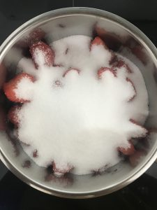 Erdbeer-Sirup in der Mache